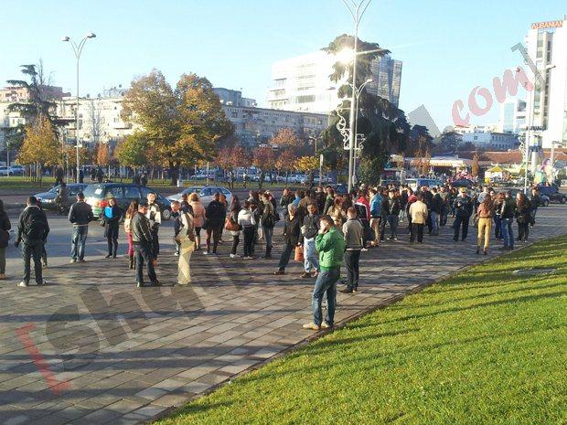 Qytetarët duke pritur në stacion në sheshin skenderbej
