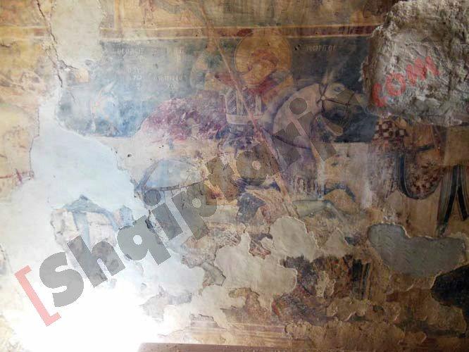 Afresku i degraduar në pritje të restaurimit në Kishën e Mesopotamit me logo
